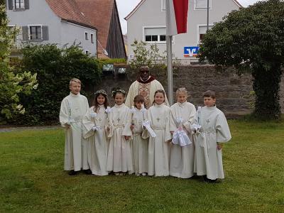 Erstkommunionkinder mit Pfarrer Dr. Umeh (Foto: privat)