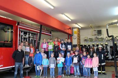 Foto zur Meldung: Die 2/3. Klasse bei der Feuerwehr