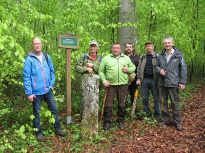 Wandergruppe am Dreiherrnstein; Foto: G. Heilwagen