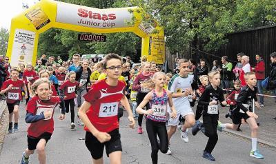 Start frei für den Schülerlauf um den Staas-Junior-Cup. Florian Schönherr (Startnummer 217) absolvierte die Zwei-Kilometer-Distanz beim Ankumer Dorflauf als Erster. Foto: Burkhard Dräger