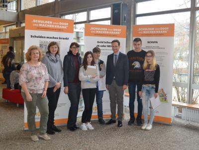 """Vorschaubild zur Meldung: Wanderausstellung """"Schulden sind doof und machen krank"""" an der Mittelschule Sennfeld"""