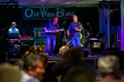 """Die """"Old Ways Band"""" fand nach kleinen technischen Problemen im Brunneneck ihre Zuhörer. © Steffen Unger"""