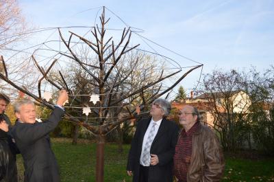 Der Künstler Frantek P. Riedel (rechts im Bild) bei der Einweihung des Wunschbaums im Ribbecker Kirchgarten mit Bruno Kämmerling vom Landkreis (li.) und Superintendent Thomas Tutzschke im November 2015. Foto: Faltin