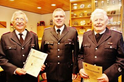 Foto zur Meldung: Feuerwehr ehrt Werner Suhr und Jochen Voß