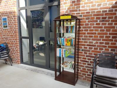 Vitrine voller Lesespaß im Foyer der Elbe-Ohre-Halle