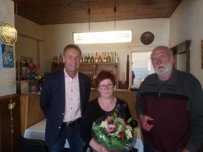 Bürgermeister Prietzel gratuliert recht herzlich.