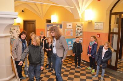 Daniela Zießnitz, Nauens stellvertretende Bürgermeisterin, empfing die Kinder im Rathausfoyer.