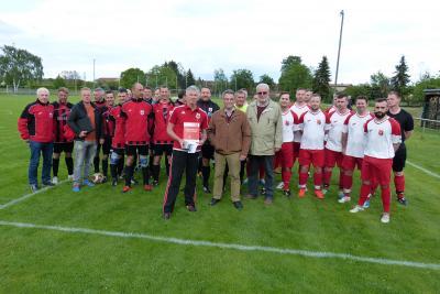 Foto zur Meldung: Fußball: ESV Lok Falkenberg Alte Herren  -  uemet Auswahl  2 : 3 (2 : 1)