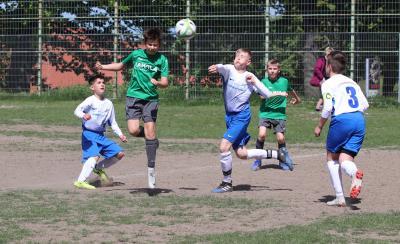 Mit leidenschaftlichem Kampfgeist und drehte Demmins D-Jugend ( grüne Trikots ) das Spiel gegen Neubrandenburg