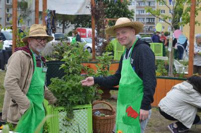 Bei Pflanzenexperte Uwe Lotze (li.) und Anwohner Florian Hochbaum konnten sich die Besucher wertvolle Tipps rund ums Thema Garten holen.