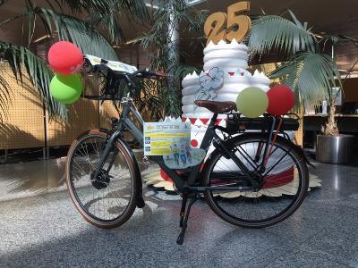 Über ein hochwertiges E-Bike, bereitgestellt von der Sparkasse Niederlausitz, kann sich der Gewinner des Hauptpreises der Tombola zum Abschluss der Tour de OSL 2019 freuen. (Foto Sparkasse Niederlausitz)