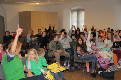 Die Kinder sind vor der Präsentation ihrer Zwischenergebnisse top motiviert.