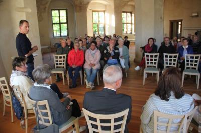 Einwohnerversammlung in der Hofstube des Schlosses.