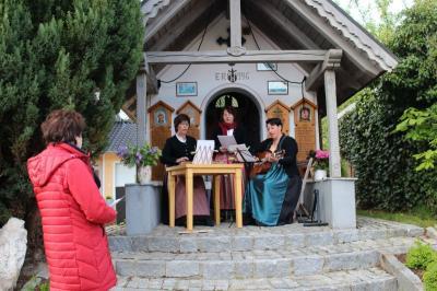 Vorschaubild zur Meldung: Stimmungsvolle Maiandacht an der Schedlbauer Kapelle am Pfahl
