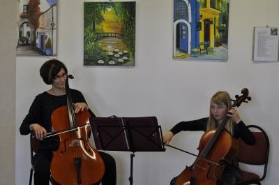 Kreismusikschülerin Jula Nele Lehmann mit ihrer Lehrerin Juliane Thiel am Violoncello (Foto Landkreis)
