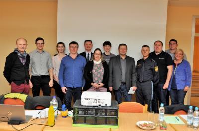Foto von Philipp Seitz zeigt die Vorstandschaft mit Einzelpersönlichkeiten des Kreisjugendrings und den Referenten PHK Johann Biederer