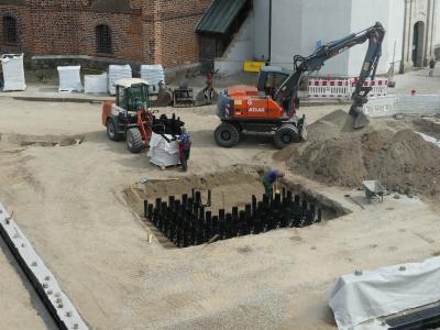 Fachfirma beim Setzen der Elemente im Boden
