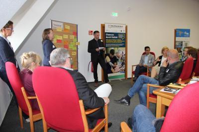 Angeregte Diskussionsrunde, moderiert von Mitarbeitenden der bea Brandenburg