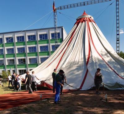 Foto zur Meldung: Das Zelt steht...