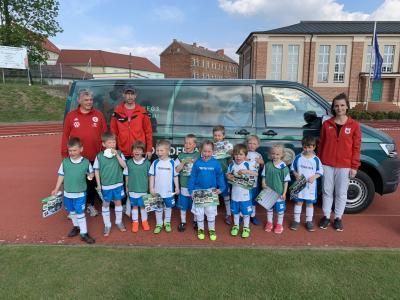 Foto zur Meldung: DFB Mobil zu Gast bei unseren jüngsten Fußballern