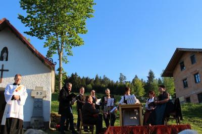Foto zur Meldung: Über 70 Marienverehrer feierten an der 200 Jahre alten Kapelle der schmerzhaften Mutter Gottes