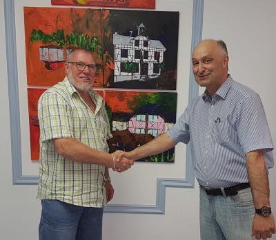 Wahlleiter Arnd WItzky (r.) gratuliert dem neugewählten Ortsbürgermeister Manfred Poguntke