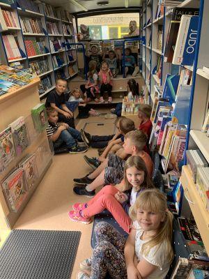 Foto zur Meldung: Klasse 1 im Bücherbus