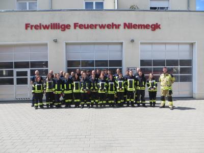 Die neuen Einsatzkräfter versammelten sich stolz für das Gruppenfoto