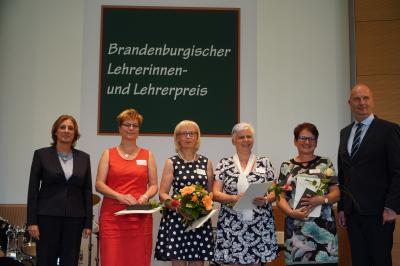 Die Calauer Grundschullehrerin Birgit Holzendorf (3. von links) wurde mit dem Brandenburgischen Lehrerinnen- und Lehrerpreis ausgezeichnet. Foto: Ingo Kuzia