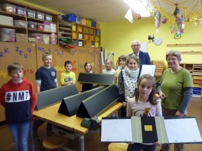 Kinder der Grundschule Ruppersdorf mit ihren Spurentunneln sowie Herr Franke vom Naturpark-Verein und Frau Preußer als Projektleiterin des LPV