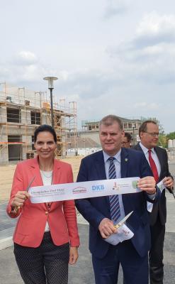 Weihten das revitalisierte Olympische Dorf in Elstal ein (v. l. n. r.): Staatssekretärin Ines Jesse und Wustermarks Bürgermeister Holger Schreiber