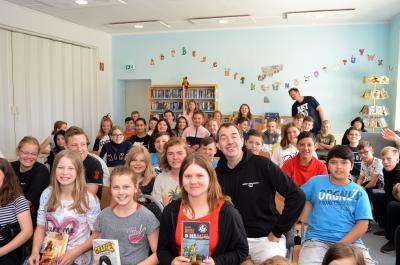 Boris Pfeiffer (mit schwarzem Pulli) beantwortete viele Fragen der Kinder.