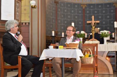 Superintendent Thomas Tutzschke moderierte die Gartenbankgespräche mit Bürgermeister Manuel Meger (r.).