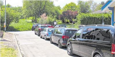 Der Kampf um die wenigen Parkplätze an der Kita in Burgschwalbach hat bald ein Ende – ein Parkplatz mit 16 Stellflächen kommt. Foto: Rolf Kahl