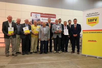 Langjährige verdiente Schiedsrichter wurden beim Ehrenabend zum 100-jährigen Bestehen von Bezirks-Schiedsrichter-Obmann Guido Seelig (rechts) ausgezeichnet - Foto: Joachim Hahne / johapress