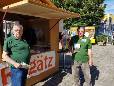 Wilfried Körtge und Rolf Neuendorf am Stand des Vereins in Quedlinburg
