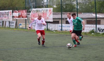 Justin Möhle ( grünes Trikot ) ist vor dem letzten Spieltag mit 16 Treffern bester Torschütze des Demminer SV