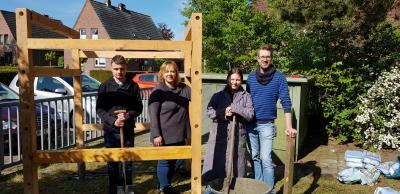 Einige Mitglieder der Schülerfirma (v.l.n.r.): Jesse, Frau Appeldorn, Denise, Herr Sandten