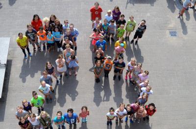 Kinder der Grundschule am Lindenplatz bildeten zur Feier des Tages eine 25.
