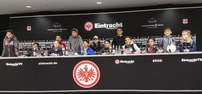 """Die Jungs der """"Lesen und Kicken""""-AG in der Commerzbank-Arena im Eintracht-Presseraum."""