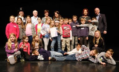 """Die Wombats-Klasse nach ihrer Aufführung anlässlich der """"Theater-für ALLE!"""" -Zertifizierung im Schultheaterstudio Frankfurt."""