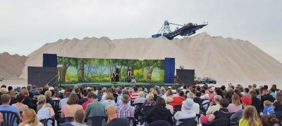 """Plastisch grüner Wald vor weißen Salzbergen: """" Hoppel, der kleine Angsthase"""" beim Sommertheater in Zielitz"""