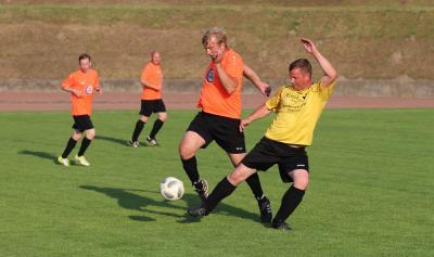 Gegen Ivenack steuerte Mathias Schalk ( oranges Trikot ) drei Treffer zum Erfolg bei