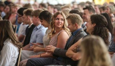 An der Gesamtschule Tarmstedt sind die Absolventen mit dem Sek-I-Abschluss mit einer Feier verabschiedet worden. (Christian Kosak)