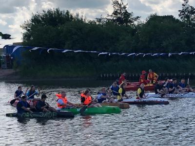 Foto zur Meldung: OBS Jade mit sechs Booten bei der Papierbootregatta in Varel