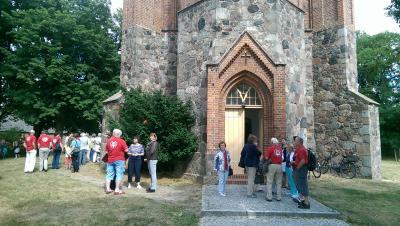 Vor der Kirche Bochow