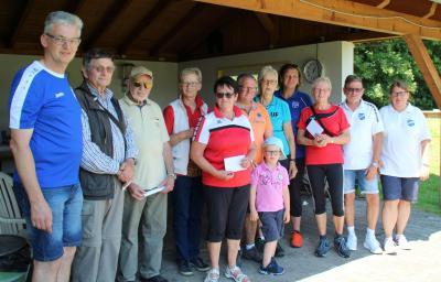 Wanderwart Helmut Simon (links) sowie Sandra Dreyer und Ullrich Hoffmann vom Vorstand des SV Mackensen (rechts) mit Vertretern der teilnehmerstärksten Gruppen sowie den jüngsten und ältesten Startern bei der Siegerehrung.