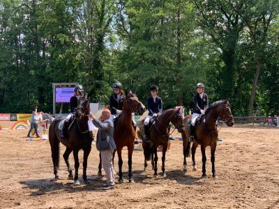 Foto zur Meldung: Schlossseeturnier Alt-Zeschdorf: wieder Platz 2 im Teamspringen in der OLC Wertung für Münchehofer Reiterinnen