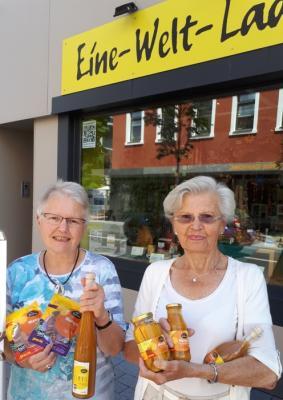 Theresia Knieke (li.) und Ingrid Bernardi (re.) mit Mango-Produkten