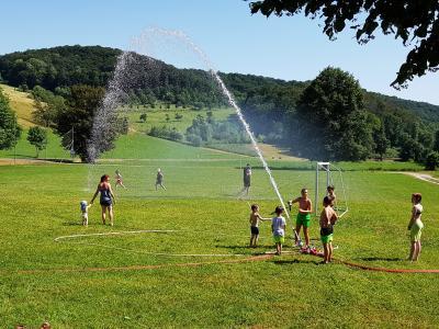 Foto zur Meldung: Wasserspiele auf dem Nazzaer Sportplatz
